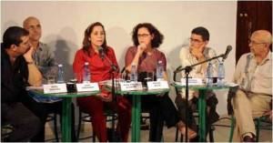 Integraron el panel, de izquierda a derecha: Iroel Sánchez, Juan Fernández, Rosa Miriam Elizalde, Milena Recio, Francisco Rodríguez y, como moderador, Rafael Hernández, director de la revista Temas (Foto: Cortesía de La Jiribilla).
