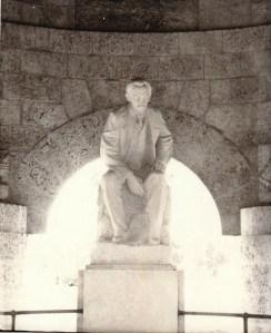 La foto que hice en la tumba de Martí cuando la visité por primera vez en 1989.