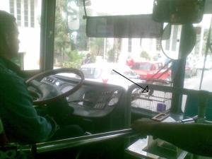 Casi al llegar a la última parada, volví cerca de la puerta delantera del ómnibus y le hice de manera subrepticia una foto al guagüero y su pajarito.
