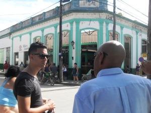 Manuel Vázquez Seijido, asesor jurídico del Cenesex, dialoga con Alberto justo desde el lugar donde el escritor presenció parte de la riña.