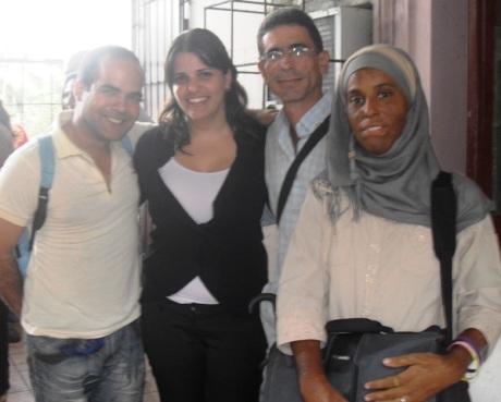 """La investigadora con parte de sus """"objetos de estudio"""". De derecha a izquierda: Yasmín, Paquito, Elaine y Luis Rondón."""