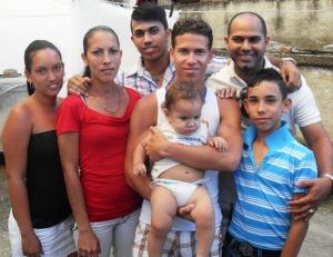 La tribu de los Rodríguez. De izquierda a derecha: Jennifer, Maritza, William, Jordano y su hijo Cristian, Yuliasne y Javier.