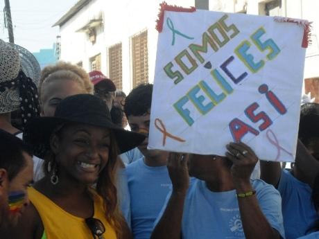 La Conga contra la Homofobia en Manzanillo destacó por su alegría, colorido y contenido.