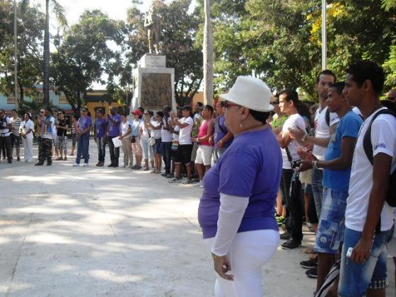 El homenaje del movimiento LGBTHI al Padre de la Patria y a Perucho Figueredo en el Parque Céspedes