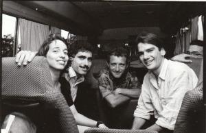 En aquella época yo viajaba mucho a provincia como reportero. En la foto, a la caza de un ciclón hacia Oriente, con Alina Perera, René Tamayo, de Juventud Rebelde, y un joven fotógrafo de Bohemia cuyo nombre no recuerdo, en 1996.