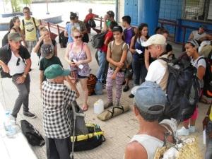 En la estación del tren en Casablanca. A la derecha con la mochila enorme y la gorra blanca, René Pérez Massola.