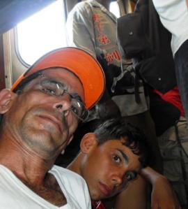Cuando hubo espacio, nos sentamos en el piso del vagón
