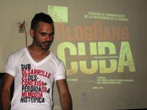 Claudio durante la defensa de su tesis de licenciatura en Periodismo con el documental.