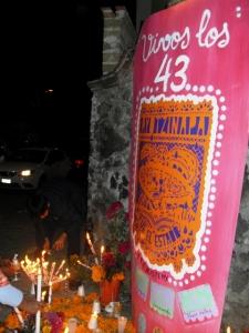 Ofrendas callejeras del Día de Muertos reclamaban a los estudiantes con vida.