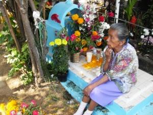 Familiares acampan junto al sepulcro de los suyos.