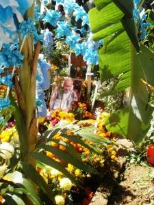Trasladan a la tumba las velas o ceras que les regalan la noche anterior junto con el resto de la ofrenda.