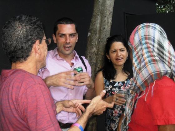 La visita de Ernesto Londoño, el editorialista del New York Times, sorprendió a muchos. En la imagen, conversa además con Luisa López, de Colombia, y Yasmín, activista del proyecto Arcoíris