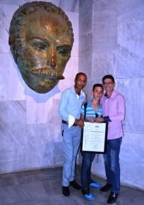 Con otros importantísimos coautores de este blog, mi hijo, mi novio y la efigie de Martí