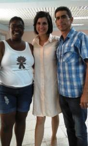 Con Rosa Elena, la nueva periodista, al centro; y con Sandra, la autora del blog Negra cubana tenía que ser, uno de los cuatro que estudió la tesis...