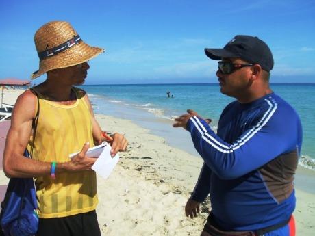 """Adrián Comendador: """"la playa es libre"""" para todas las personas. (Foto: Miguel Ángel Plasencia)"""