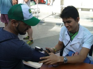 """""""Es otro tipo de práctica docente, para llevar la medicina fuera de los establecimientos de salud, a toda la población"""", sintetizó Arián Hurtado, quien cursa el segundo año de Medicina"""