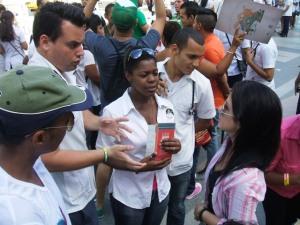 Me plantearon muchas inquietudes en relación con las familias homoparentales, refirió Elizabeth Tabío, de HxD, quien aparece a la derecha mientras dialoga con varios estudiantes