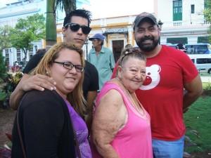 Tico Almeida, mi amigo y abogado estadounidense de origen cubano, presidente de Freedom to work (primero a la izquierda) y su familia de Matanzas que le acompañó a la conga