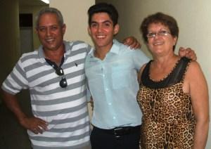 La mamá y el papá de Ismario, felices al concluir el ejercicio académico de su hijo